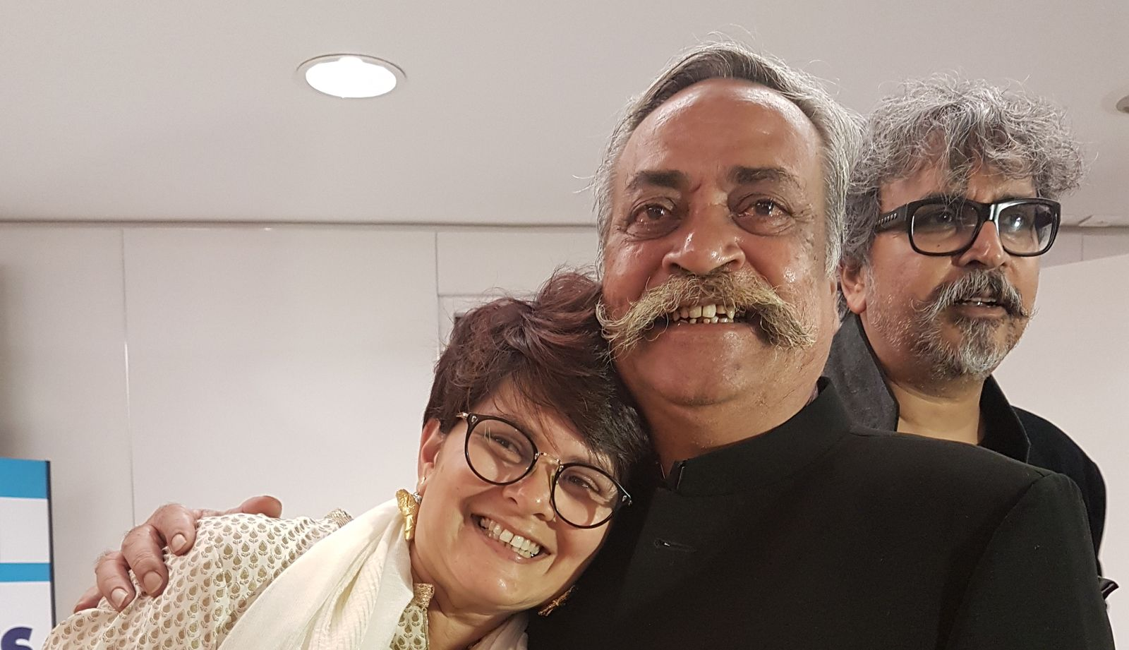 Piyush Pandey -left- and his wife pose for Eastwind at Cannes Lions 2018. Right at the back side of the photo, Prasoon Pandey. © Eastwind.
