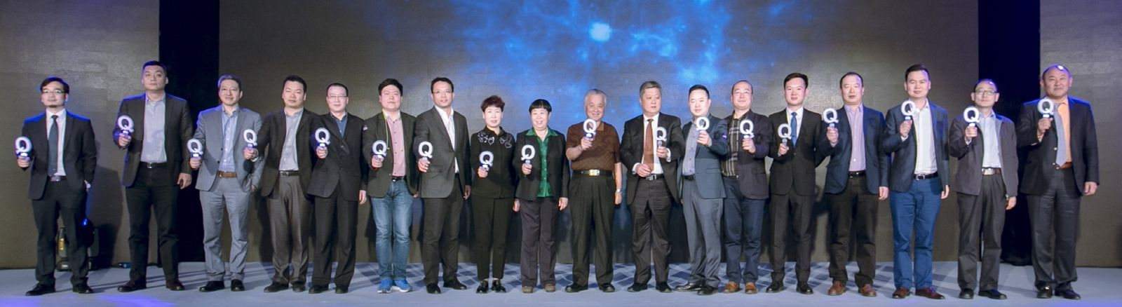 QLED International Forum. Liu Jufeng and other representatives of the industry (family photo). © Samsung.