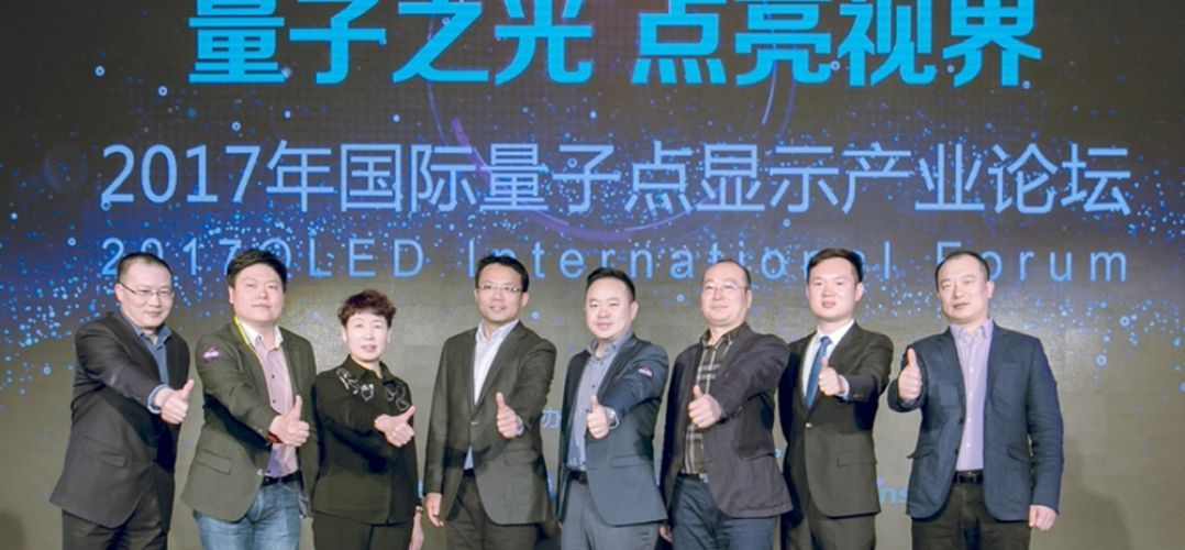 First QLED alliance members, family photo. On the image they are seen representatives from Samsung Electronics, TCL, Hisense, GOME Electrical Appliances, Suning Commerce Group and JD.com.© Samsung.