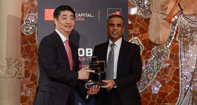 Sunil Bharti Mittal (President of the GSMA and founder and President of Bharti Enterprises) presents the GSMA Award for the outstanding contribution to the mobile industry awarded to Huawei in the hands of Ken Hu, rotating and acting CEO of Huawei . © Huawei.