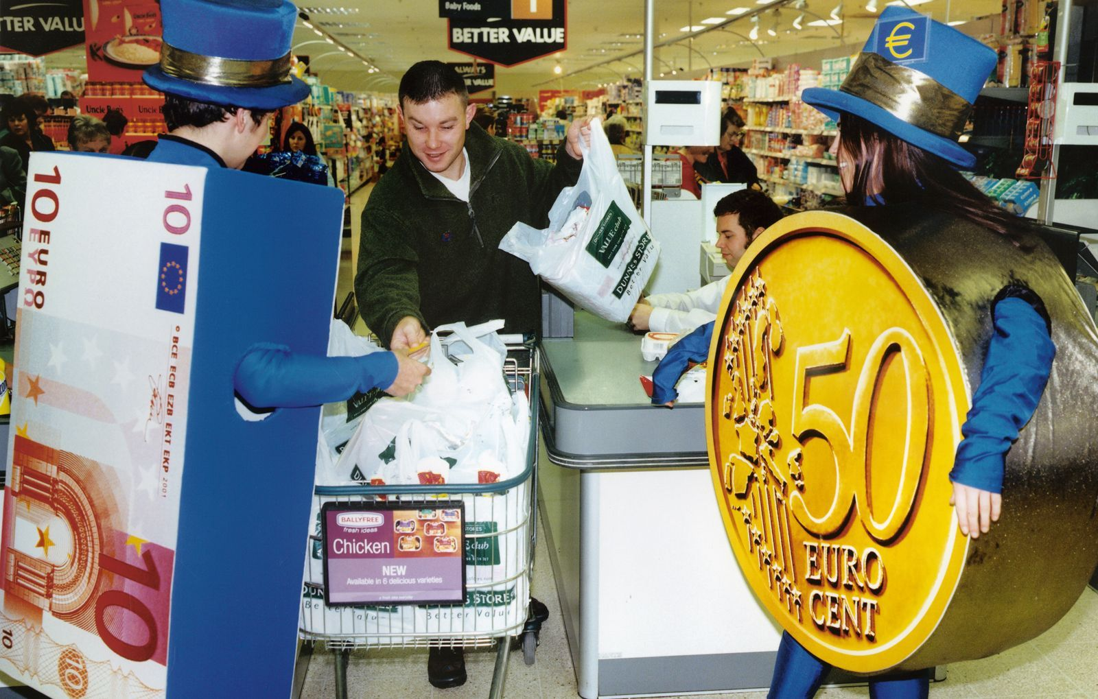 Irish students dressed as euro banknotes and coins at a shopping centre in Dublin in November 2001.  Photo © BCE.